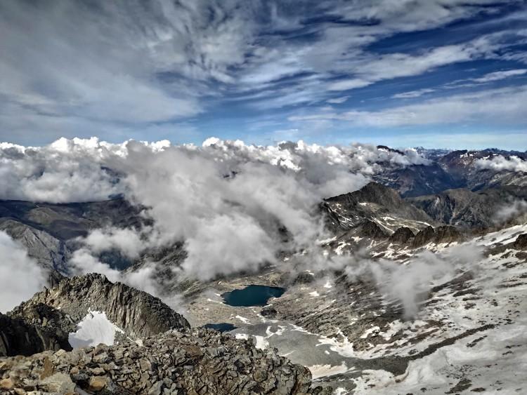 Subida por la sur vista desde arriba. Abajo, el Ibón Alto de Coronas. Foto: Maspirineo