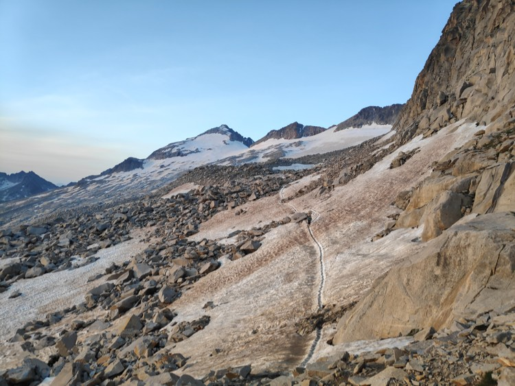 Numerosas rocas caídas de las crestas en el glaciar. Foto: Maspirineo