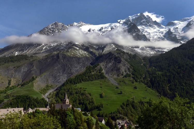 El pueblo de La Grave con su telon de fondo; Bec del Homme, glaciar de tabuche, la Meije