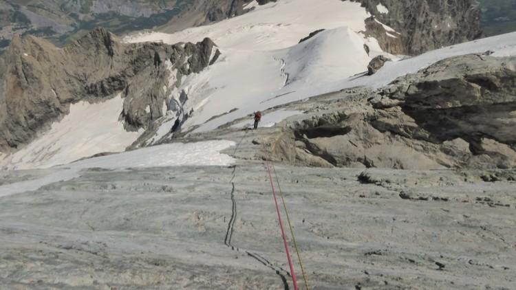 Ultimos rapeles antes de terminar la travesía de las aristas con el glaciar de tabuche de fondo.
