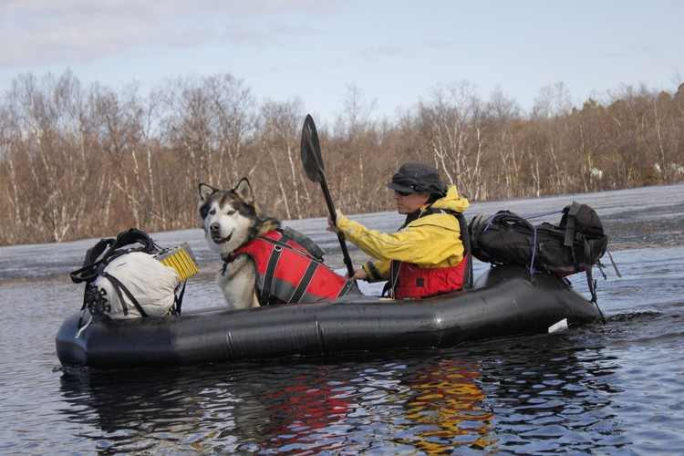 Con el perro Lonchas y el packraft en el wilderness. Foto: Carlos López