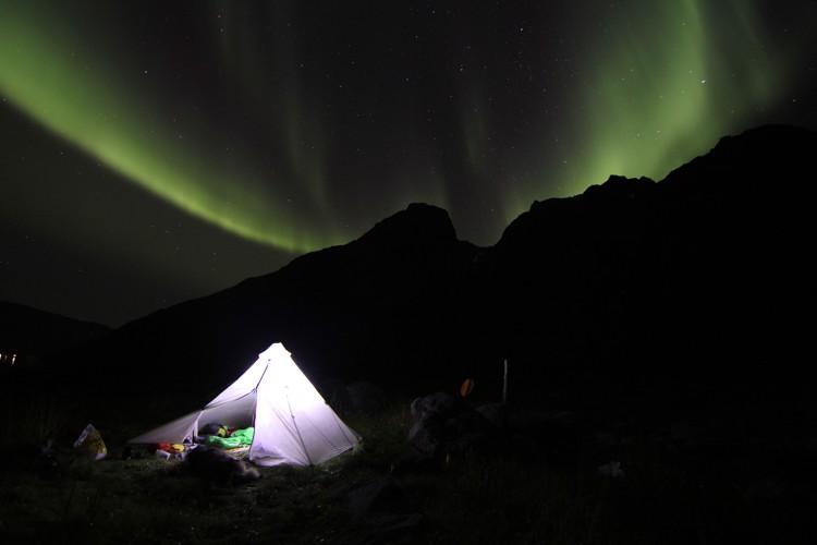 Noche en el wilderness, con aurora boreal. Foto: Carlos López