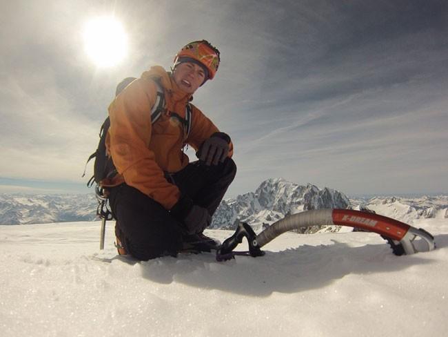 Tom Ballard en la cima de las Grandes Jorasses. Foto: Tom Ballard